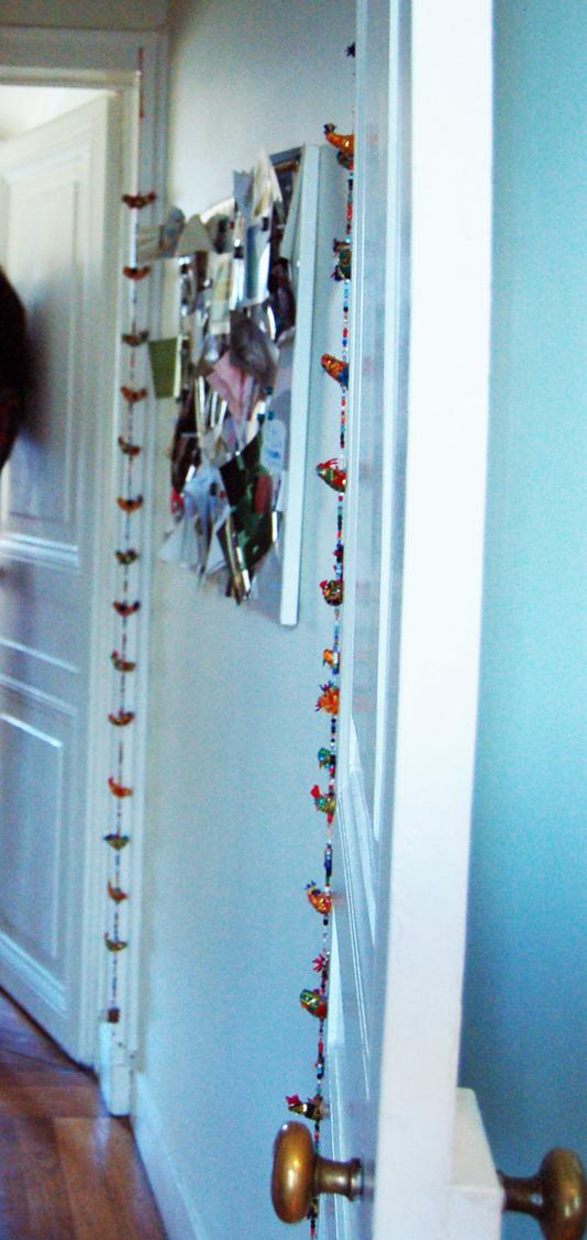 panneau aimanté chaotique dans un couloir